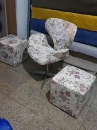 Cadeira com giro de metal e 2 puffs