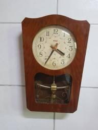 Relógio de pêndulo antigo