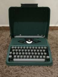 Máquina de escrever antiga Olivetti Lettera 82