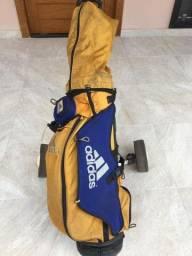 Carrinho Manual de golfe com tacos e bolinhas
