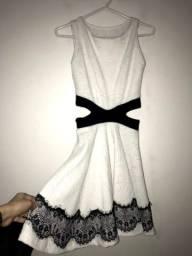 Vestido off white PP com detalhes