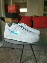 Tênis Nike holográfico feminino novo na caixa