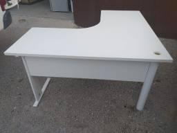 Escrivaninha de canto em madeira, branca, seminova, grande.