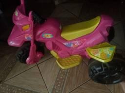 Moto infantil elétrica bem conservada c/ carregador.