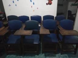 Cadeiras escolares de madeira.