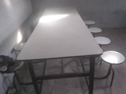 Mesa com bancos acoplados