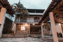 Linda casa triplex com 355 m², possui 5 quartos e 3 suítes