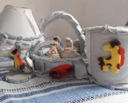Vende _ se um kit infantil um abaju , uma cesta , três pontinhos e um baldinho.