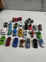 Coleção de 24 Hot Wheels e outras marcas