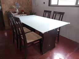 Mesa com 4 cadeira tampo de vidro adesivado