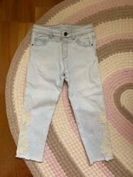 Calça jeans zara, tamanho 3 anos com bordado nas laterais !