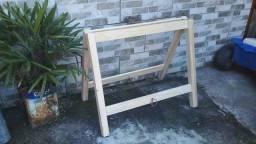 Par de cavaletes em madeira maciça.