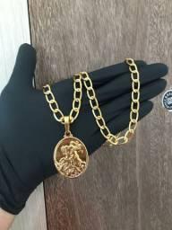 Corrente e pingente feito de moedas antigas