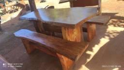 Mesa rústica com os dois bancos.