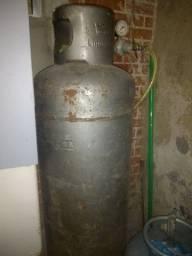 Cilindro de gás vazio,P 45 kilos 220 reais