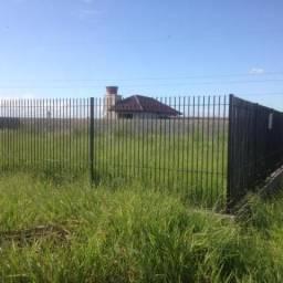 Terreno nobre, cercado por casas de excelente padrão, todo plano, murado e cercado, linda