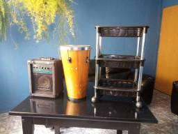 Caixa de som comum, tambor e carrinho de salão.
