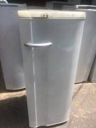 Geladeira Electrolux 240 litros funcionando perfeitamente