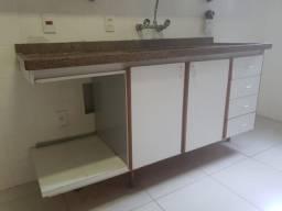 Pedra e armario de cozinha e torneira