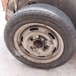 5 rodas de Brasília com pneus.