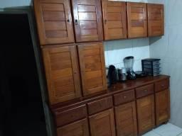 Vende se este lindo armário de madeira