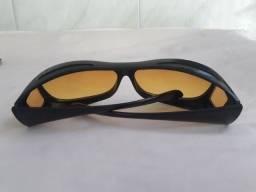 Óculos com lente amarela.