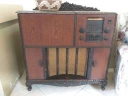 Eletrola com rádio e toca disco bem antiga .R$900.00