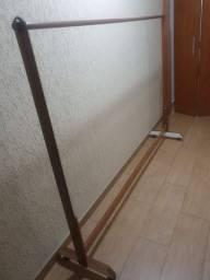 Arara De Roupas Em Madeira (1,92cm X 1,45cm) - Semi-novo