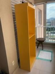 Estante amarela com prateleiras