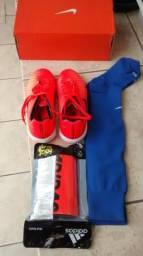 Kit futsal chuteira Nike + meião Nike + caneleira Adidas