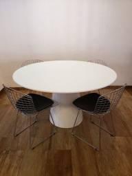 Mesa redonda com 4 cadeiras bertoia com almofadas incluídas.