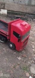 Vende-se um caminhão de madeira