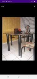 Uma mesa com seis cadeiras