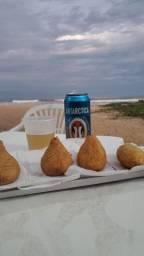 Treiler de lanche e bebidas em frente a praia