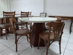 Mesa madeira com tampo de vidro laqueado + 4 cadeiras modelo berlim estofada