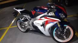 Honda Cbr 1.000 rr , moto nova pouco uso pneus novos, doc ok. - 2011