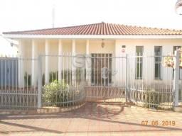Casa à venda com 3 dormitórios em Centro, Jaboticabal cod:V4266