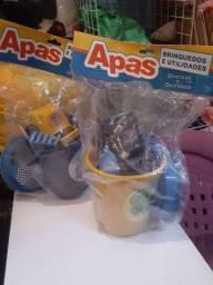 Balde de Praia com brinquedos novos embalados.
