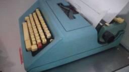 Máquina de escrever  Olivetti  muito bem conservada
