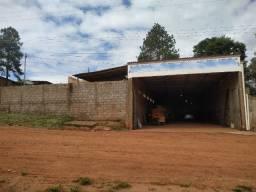 Casa em construção e galpão