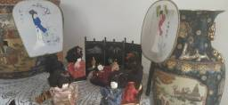 sete bonecas antigas japonesas com biombo e  leques