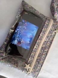 Carteira de mão com porta celular.