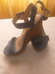 Sandálias  só foi usada um vez todas tamanhos são 35