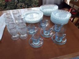 Conjunto de pratos, copos e xícaras em vidro transparente bordado