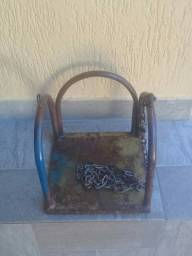 Antigo Balanço Infantil. Ferro e alças de Corrente. Patina envelhecida e Verniz