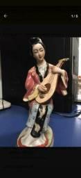 Escultura De Porcelana Gueixa Tocando Instrumento