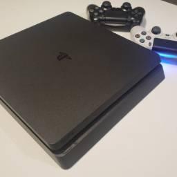 PS4 Slim com 2 controles e 5 jogos