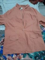 Jaqueta salmão e camisa de casa
