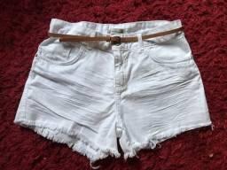 Short jeans branco desfiados com cinto