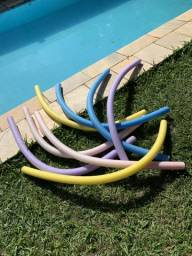 Macarrão de piscina colorido